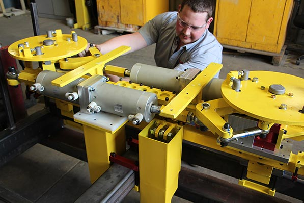 Pneumatic rotation device for a vehicle carrier station